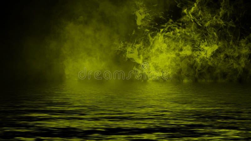 Humo con la reflexi?n en agua La textura amarilla de la niebla del misterio sobrepone el elemento del dise?o del fondo fotografía de archivo libre de regalías