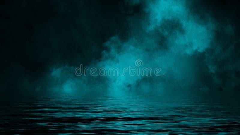 Humo con la reflexi?n en agua La textura azul de la niebla del misterio sobrepone el fondo imagenes de archivo