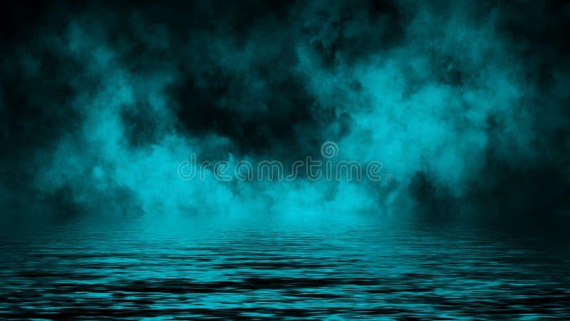 Humo con la reflexi?n en agua La textura azul de la niebla del misterio sobrepone el fondo foto de archivo