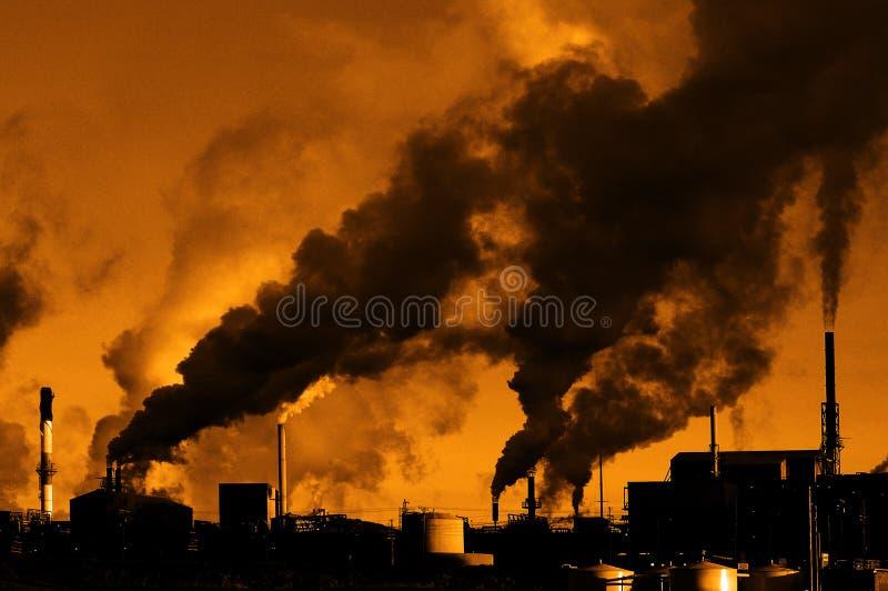 Humo de la fábrica de la calidad del aire de la contaminación que bombea en el ambiente de la atmósfera foto de archivo