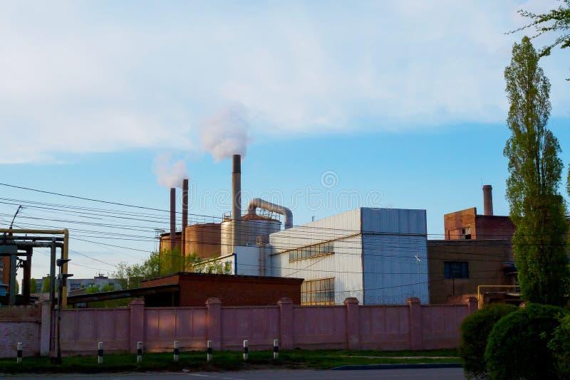 Humo de los tubos de una empresa industrial Concepto de la contaminaci?n ambiental foto de archivo libre de regalías