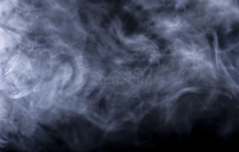 Humo de Vape en fondo negro imagenes de archivo