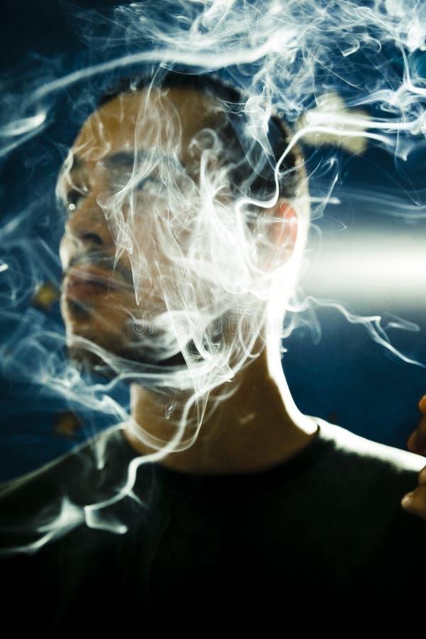 Humo del cigarrillo fotografía de archivo libre de regalías