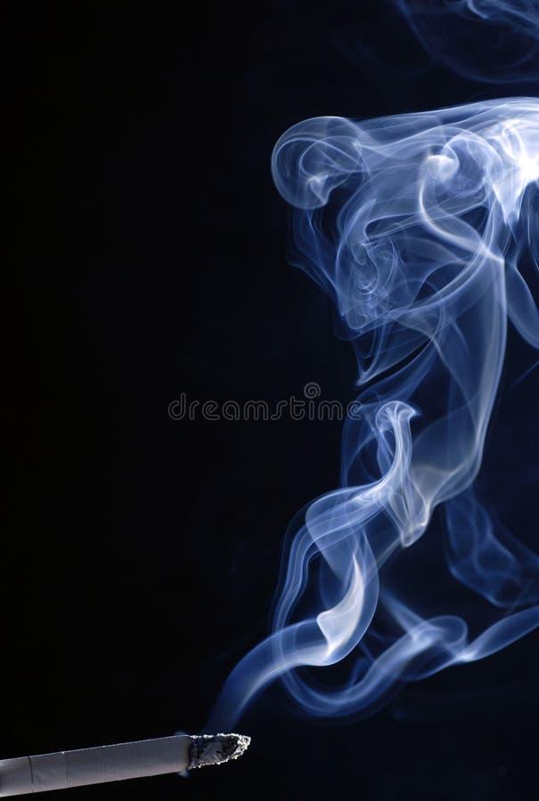 Humo del cigarrillo en fondo negro imagen de archivo