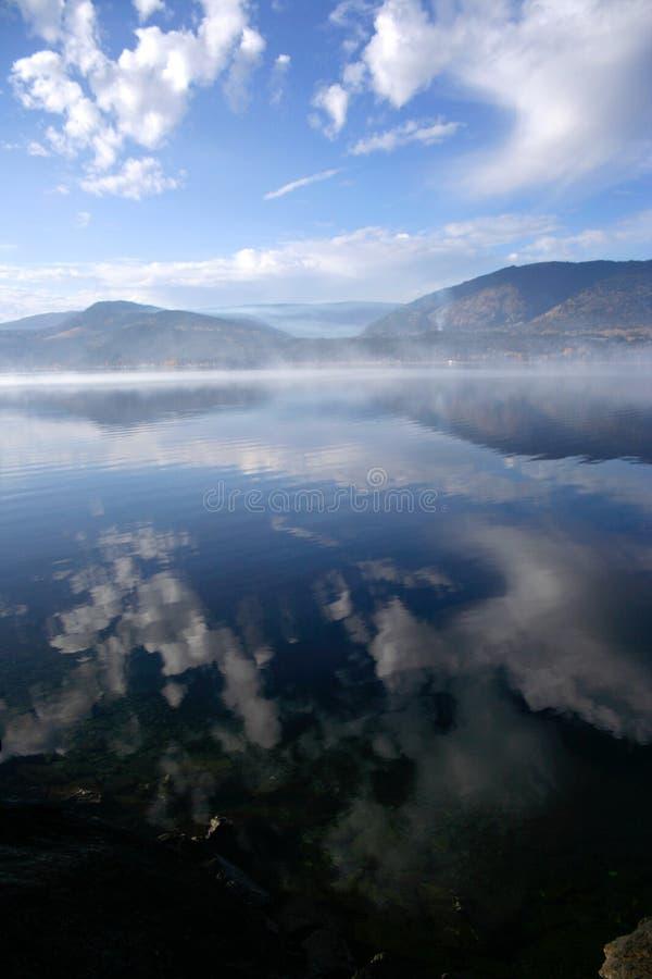 Humo en el agua fotografía de archivo