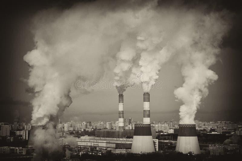 Humo grande del tubo Estilo de la vendimia Tubos industriales que fuman imágenes de archivo libres de regalías