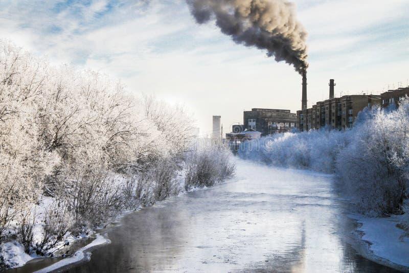 Humo negro de la chimenea de una fábrica imagen de archivo libre de regalías