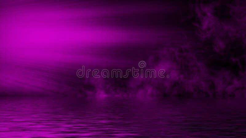 Humo púrpura del proyector con la reflexión en agua Fondo de la textura de la niebla del misterio Elemento del dise?o fotos de archivo