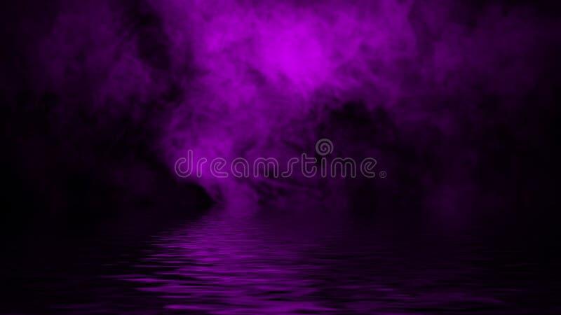 Humo p?rpura con la reflexi?n en agua Fondo de la textura de la niebla del misterio Textura del dise?o imagen de archivo