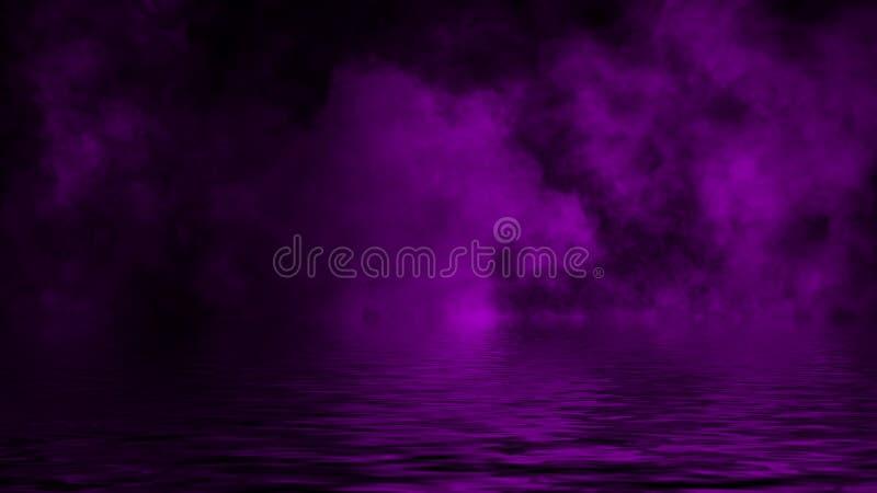 Humo p?rpura con la reflexi?n en agua Fondo de la textura de la niebla del misterio Textura del dise?o fotos de archivo