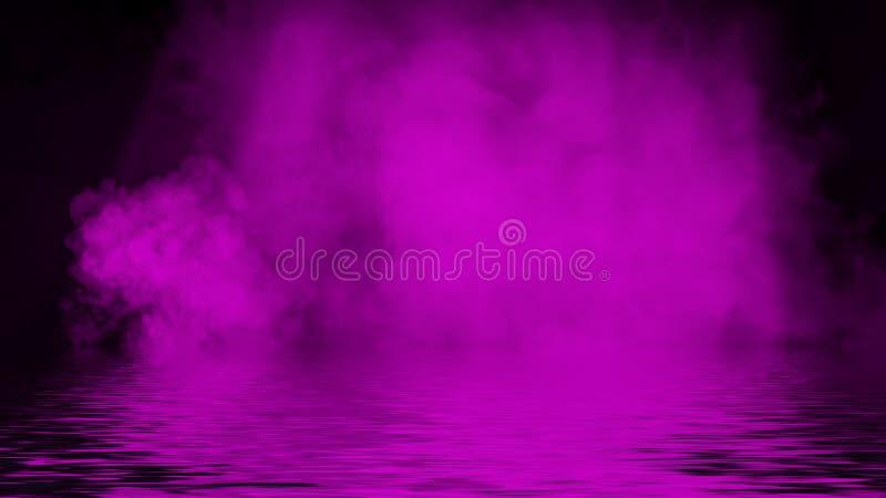 Humo p?rpura del proyector con la reflexi?n en agua Fondo de la textura de la niebla del misterio Elemento del dise?o fotos de archivo libres de regalías