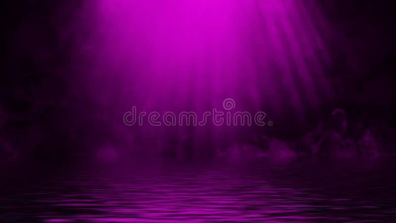 Humo p?rpura del proyector con la reflexi?n en agua Fondo de la textura de la niebla del misterio Elemento del dise?o imagen de archivo