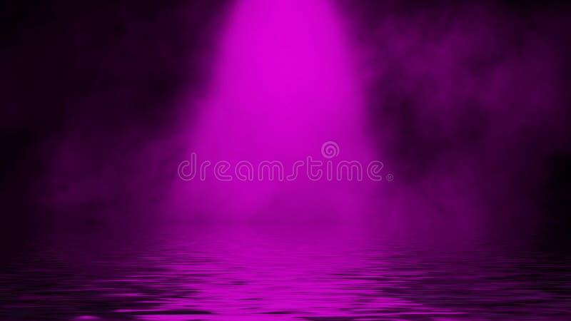 Humo p?rpura del proyector con la reflexi?n en agua Fondo de la textura de la niebla del misterio Elemento del dise?o imágenes de archivo libres de regalías
