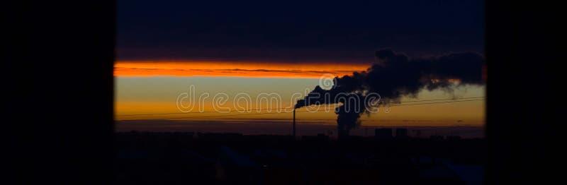 humo que eructa de la chimenea, bandera fotografía de archivo