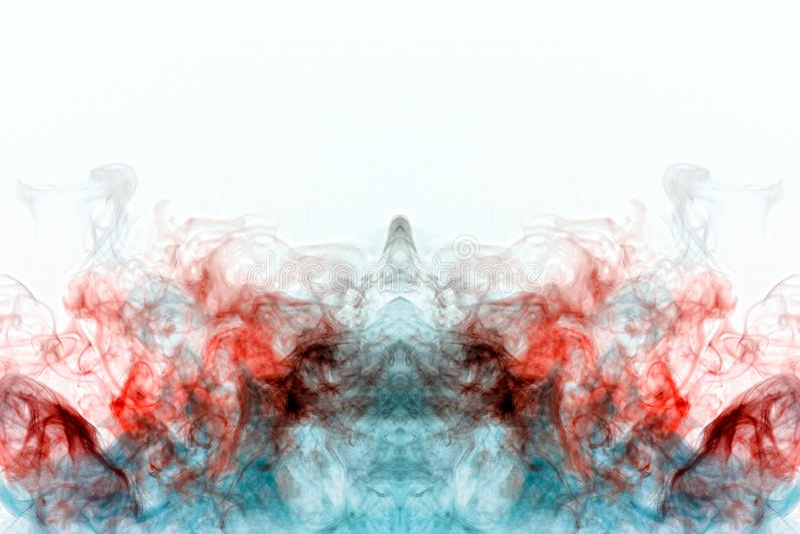 Humo que se encrespa multicolor, vapor azul rojo, encrespados en formas y modelos abstractos en un fondo blanco, repitiendo el mo imagen de archivo libre de regalías