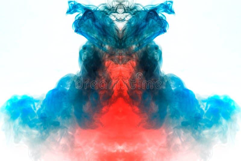 Humo que se encrespa multicolor, vapor azul rojo, encrespados en formas y modelos abstractos en un fondo blanco, repitiendo el mo foto de archivo libre de regalías