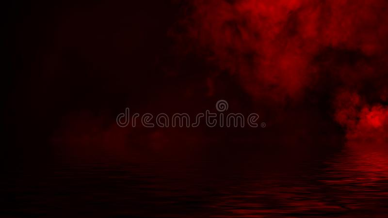 Humo rojo con la reflexi?n en agua La textura de la niebla del misterio sobrepone el fondo fotos de archivo libres de regalías