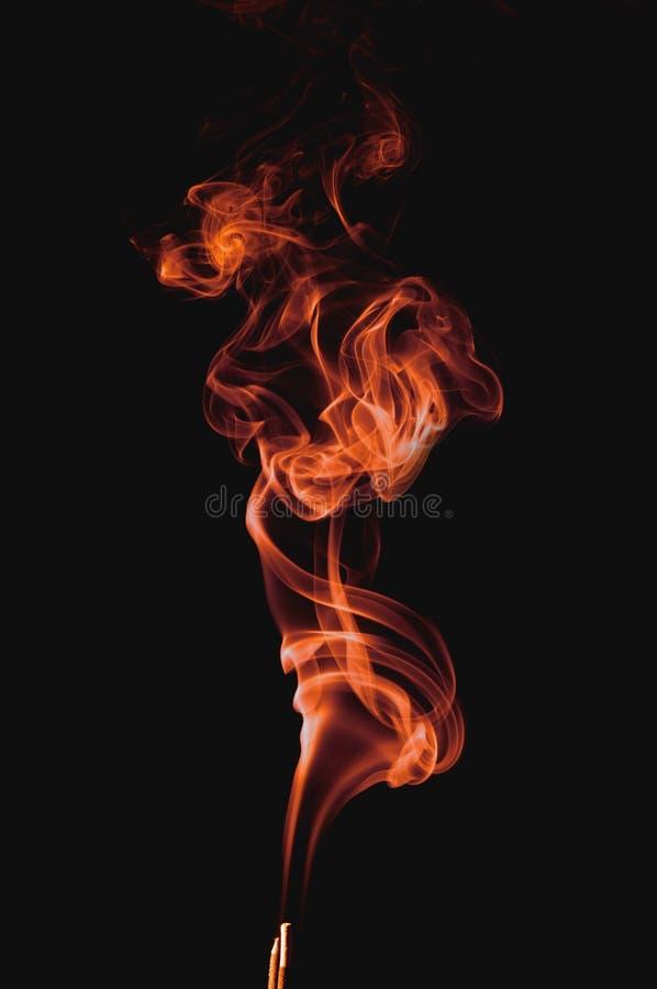 Humo rojo en fondo negro imagenes de archivo