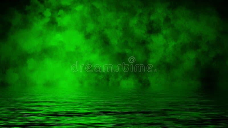 Humo verde con la reflexi?n en agua Fondo de la textura de la niebla del misterio Elemento del dise?o fotos de archivo
