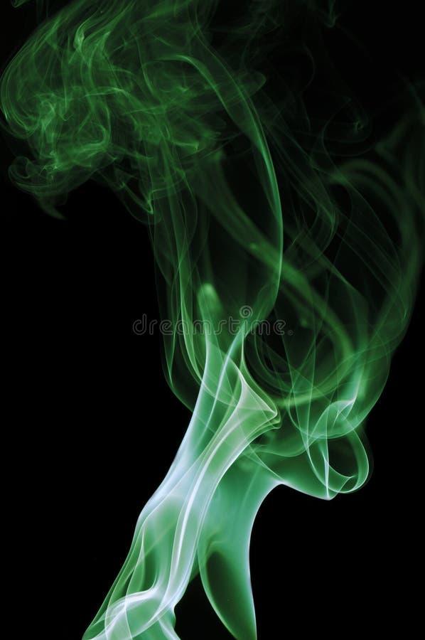 Humo verde en fondo negro fotografía de archivo