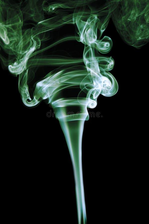 Humo verde en fondo negro foto de archivo libre de regalías
