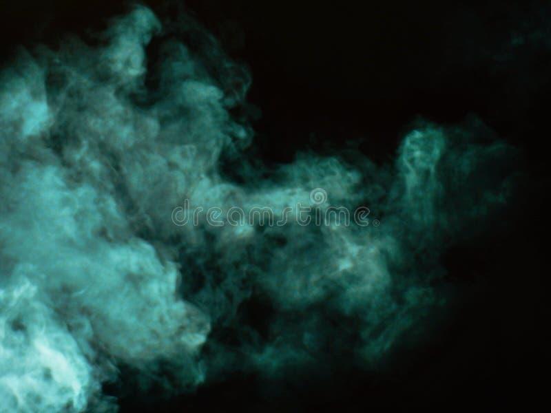 Humo verde en un fondo negro imagenes de archivo