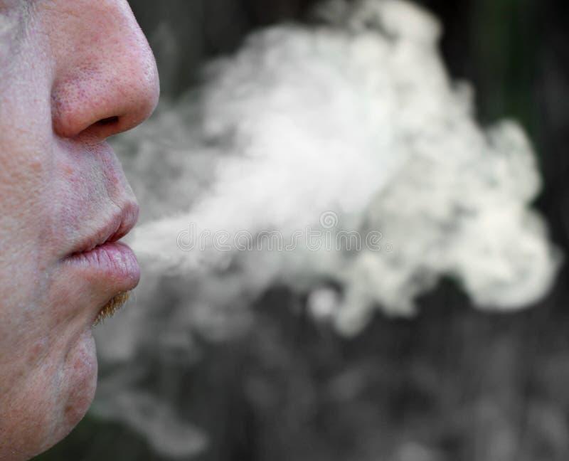 Humo y fumador empedernido del cigarrillo foto de archivo libre de regalías