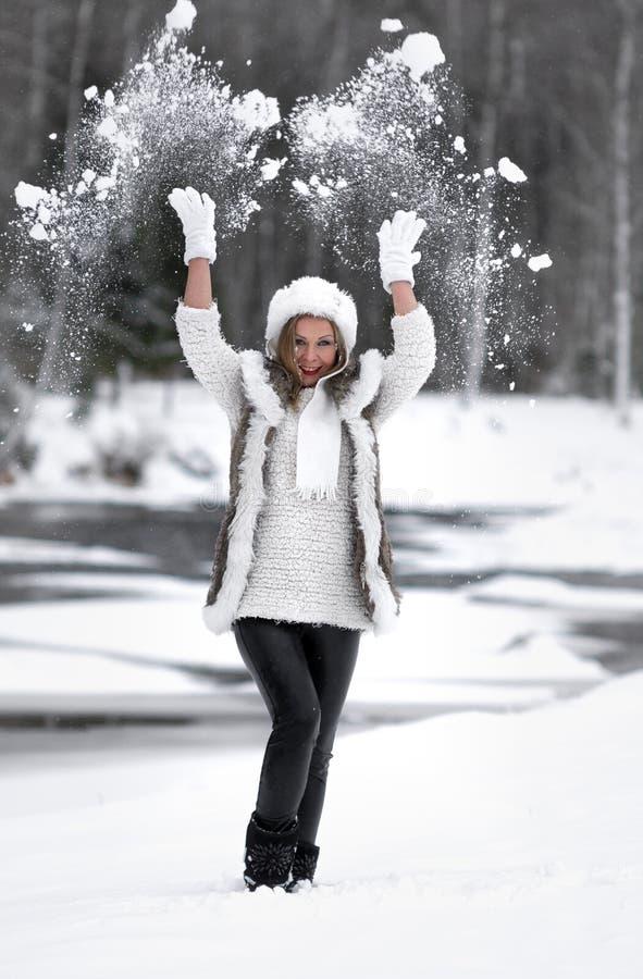 Humor alegre do inverno, da menina com olhos azuis maravilhosos fotos de stock royalty free