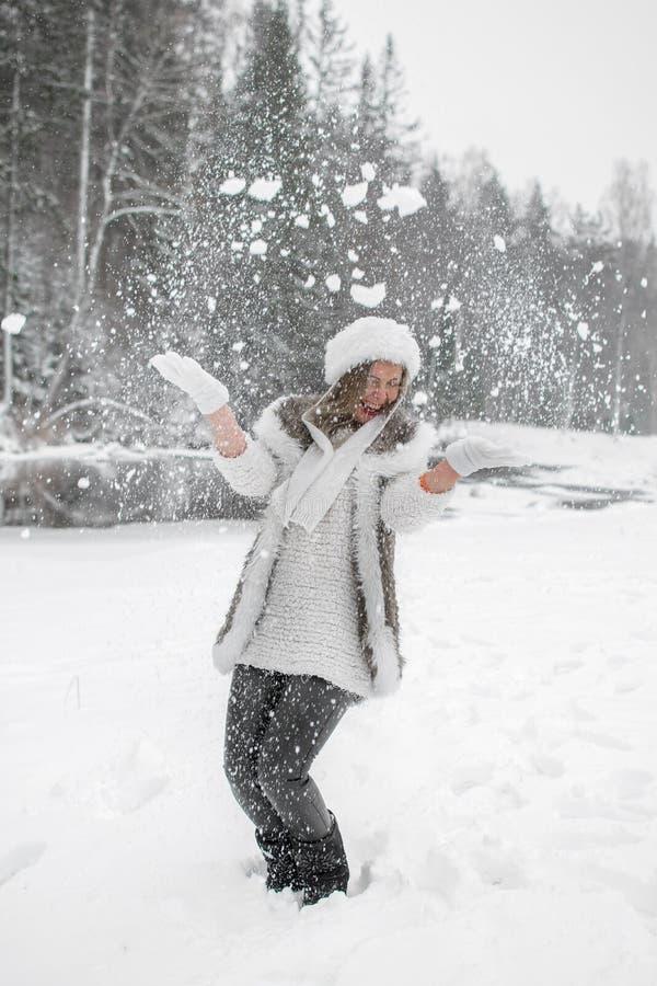 Humor alegre do inverno, da menina com olhos azuis maravilhosos imagens de stock
