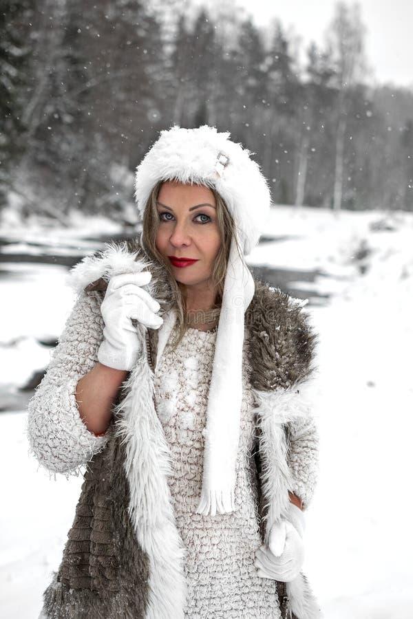 Humor alegre do inverno, da menina com olhos azuis maravilhosos imagens de stock royalty free