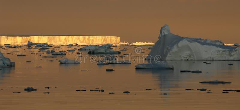 Humor antártico de la puesta del sol fotos de archivo