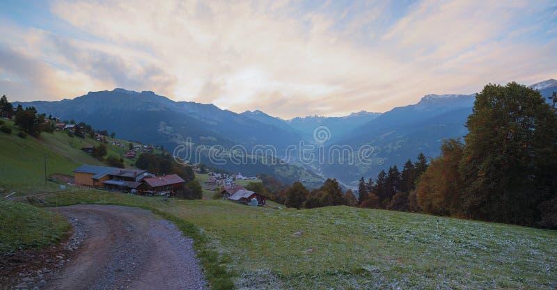 Humor de la mañana en el praettigau suizo del valle imagen de archivo