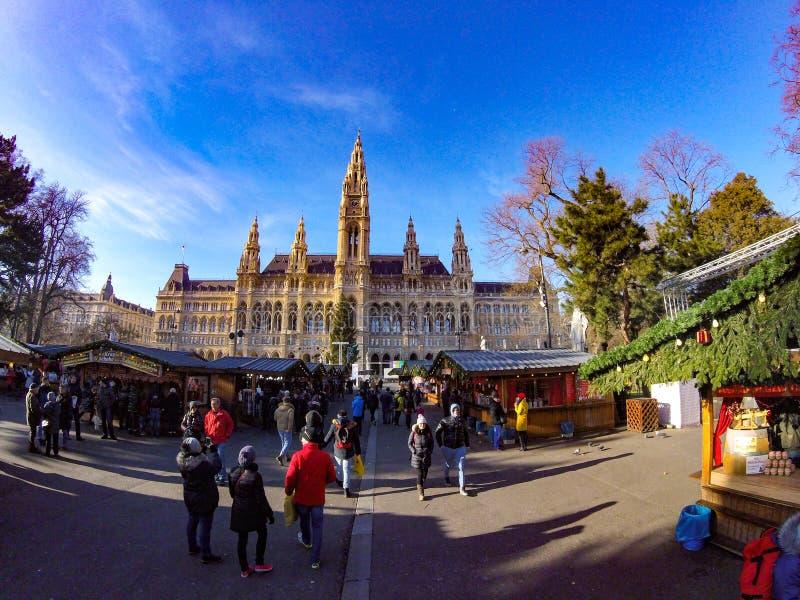 Humor de la Navidad cerca del edificio del parlamento en la ciudad de Viena imagenes de archivo