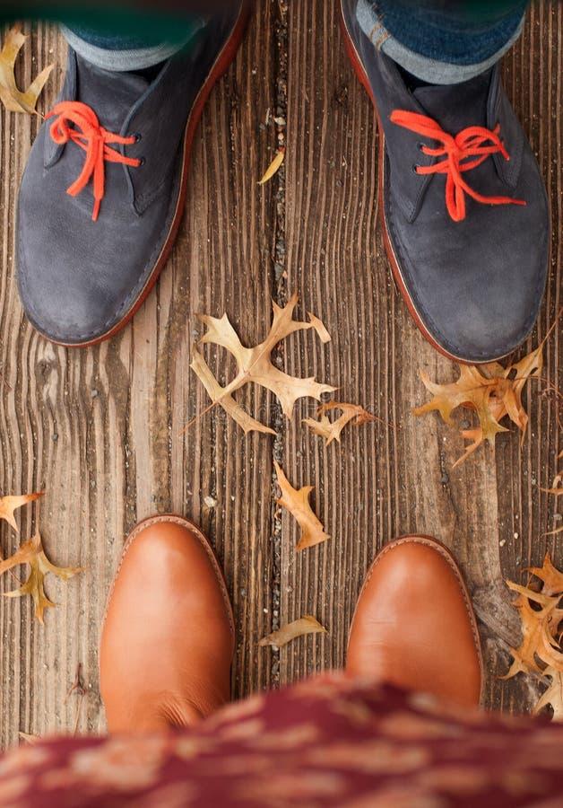 Humor del otoño, pies de la escena del otoño y hojas de la caída imagen de archivo libre de regalías