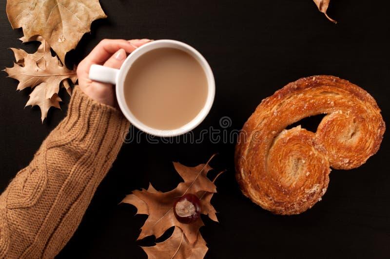 Humor del otoño, té caliente, galleta y hojas de otoño fotos de archivo libres de regalías