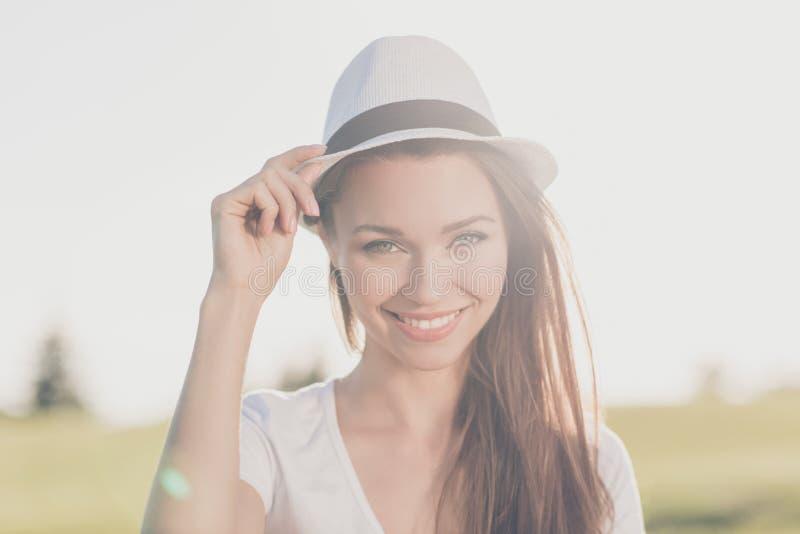 Humor despreocupado do verão! Menina moreno lindo nova em uma mola v imagem de stock royalty free