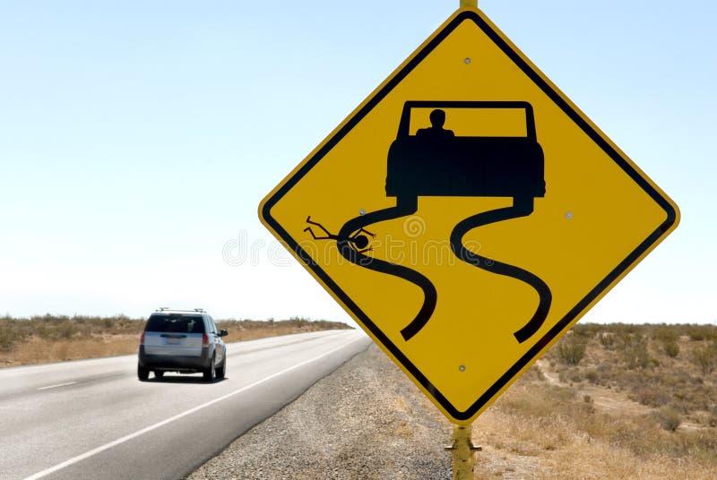 Humor do sinal da estrada com carro de pressa foto de stock