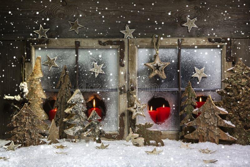 Humor e atmosfera: a decoração da janela do Natal no vermelho com corteja fotos de stock