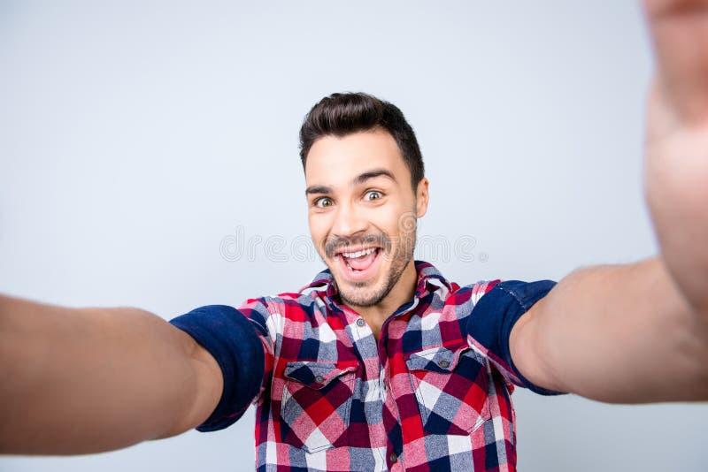 Humor enrrollado de un hombre joven del friki emocionado en ropa de sport Él es mA imagen de archivo libre de regalías