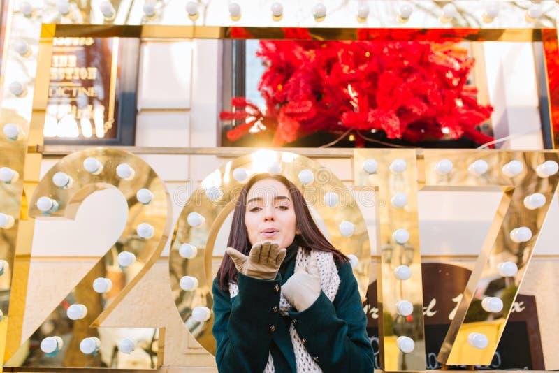 Humor feliz dos feriados de inverno de surpreender a jovem mulher alegre que comemora o ano novo 2017 na rua na cidade Probabilid imagem de stock royalty free