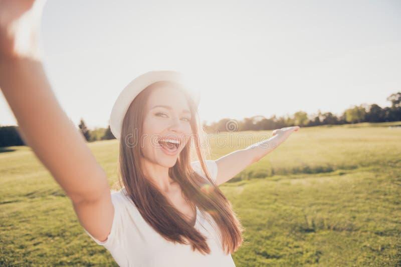 Humor funky do verão! Moça feliz em férias em um ar livre s fotos de stock