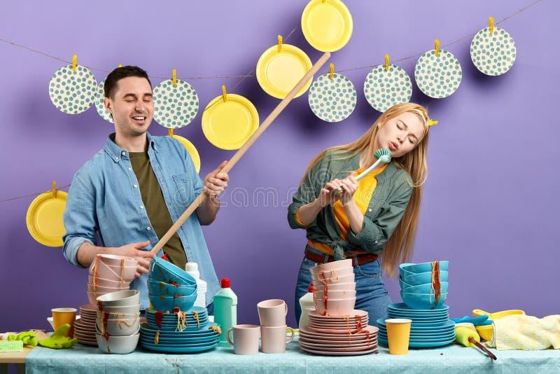 Humor positivo en el cuarto de la cocina imagenes de archivo