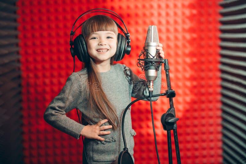 Humor positivo en el estudio de grabación de la música foto de archivo