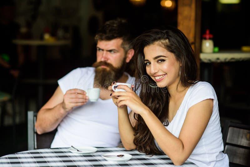 Humor soñador Tome una rotura para disfrutar del café y del sueño sobre cosas agradables Los pares gozan del café express calient fotos de archivo libres de regalías