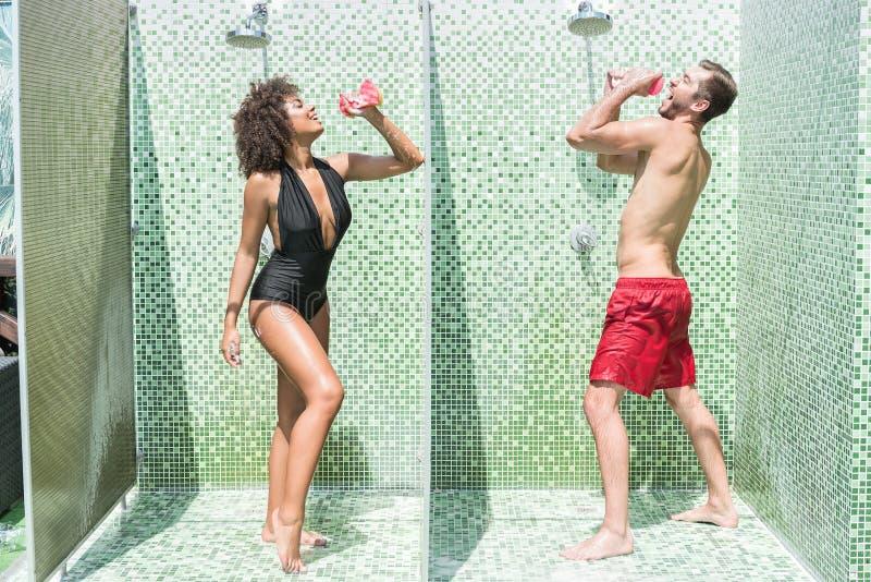 Humoristisch jeugdig paar die pret hebben terwijl het douching royalty-vrije stock foto