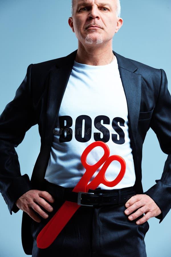 Humoristische stereotiepe werkgever met rode schaar royalty-vrije stock foto's