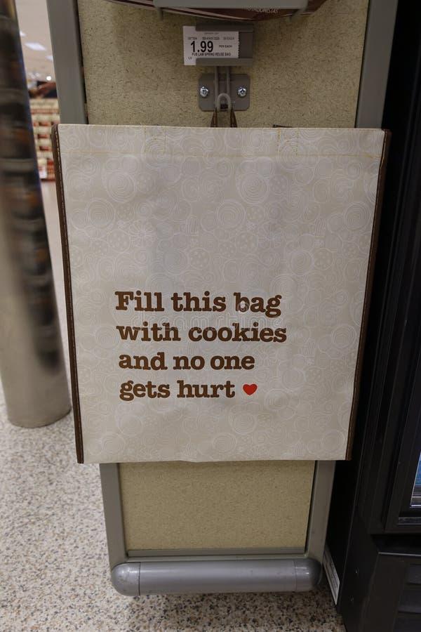 Humorvolle Einkaufstasche an einem Gemischtwarenladen lizenzfreies stockbild