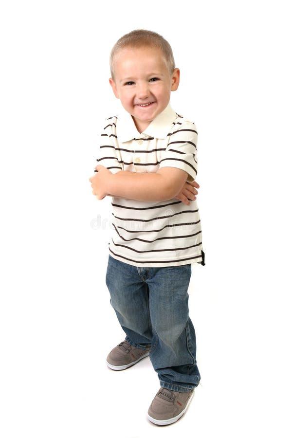 Humorvoller junger Junge, der ein dummes glückliches Gesicht bildet stockbild