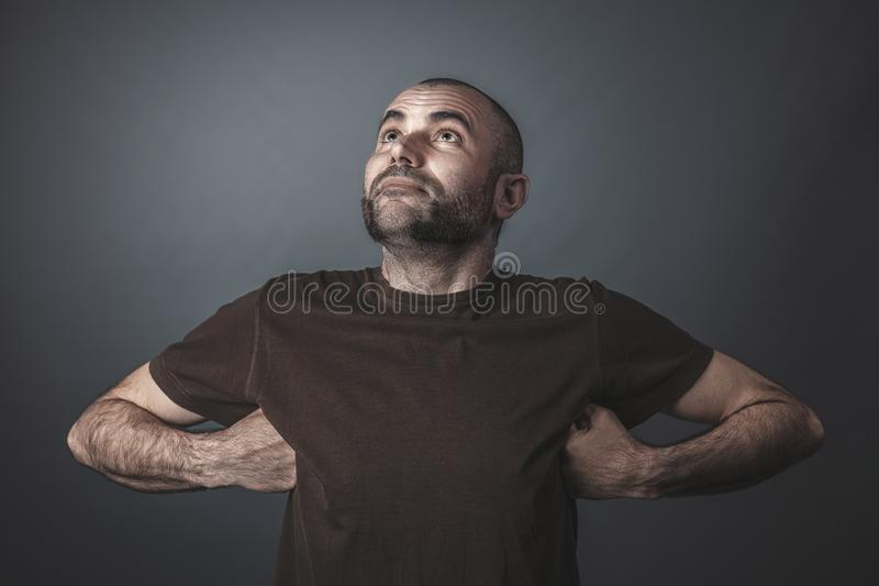 Humorvolles Porträt des kaukasischen Mannes oben schauend lizenzfreie stockfotos