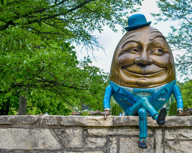 Humpty Dumpty Sat på en vägg royaltyfri foto